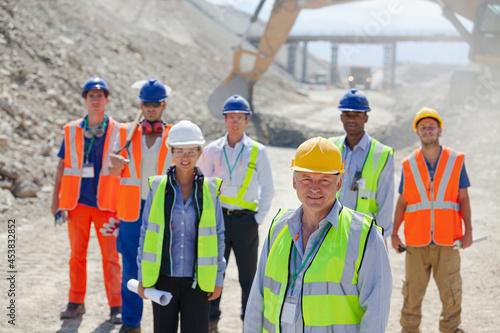 Billede på lærred Business people standing in quarry
