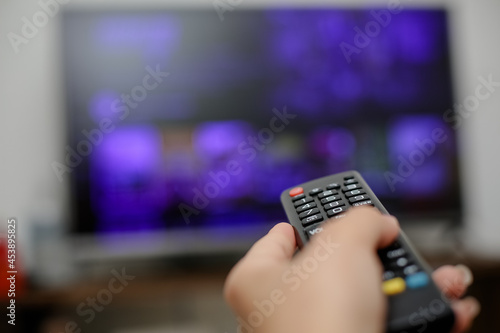 Wallpaper Mural controle de tv acionando para ligar e assistir series e filmes.