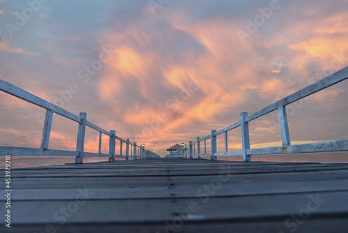 Canvas Print Wooded bridge in the port along sunrise