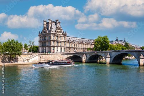 Fotografia A pleasure boat on the Seine River. Paris, France
