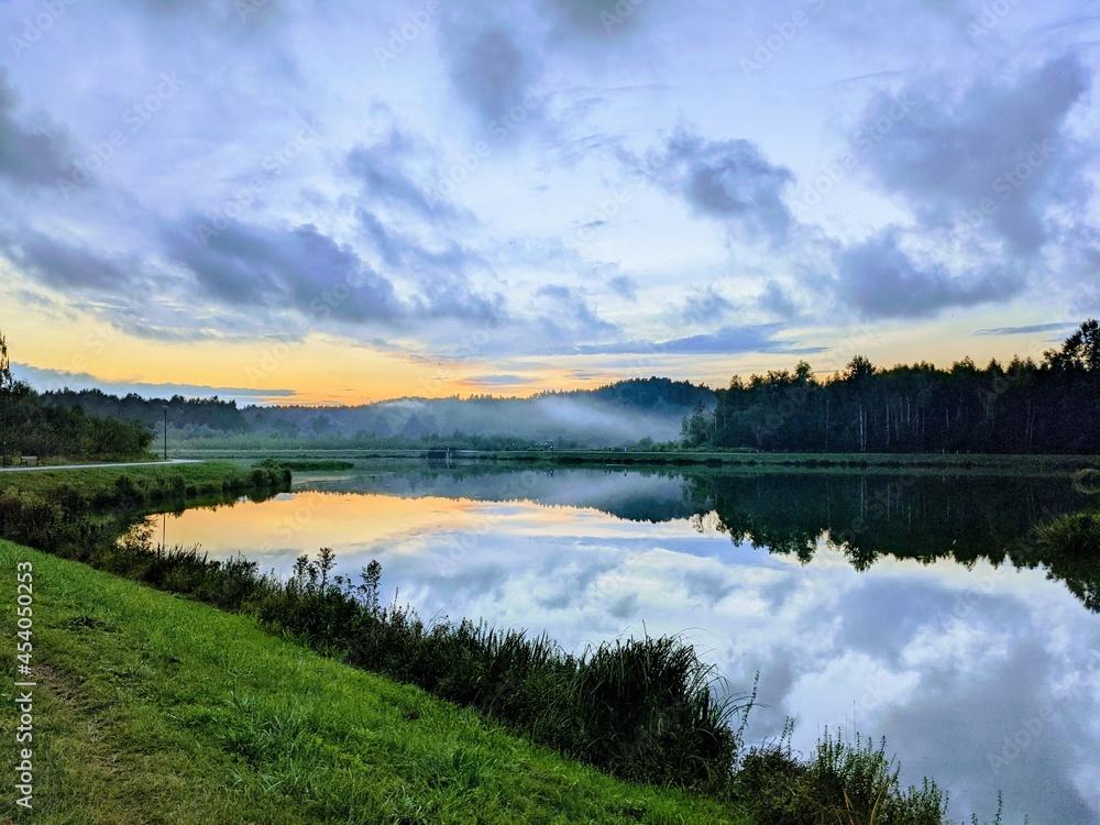 Krajobraz zachodzącego słońca nad jeziorem