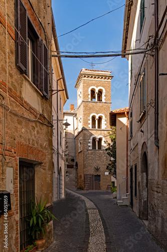 Foto Straße in der Altstadt von Cori in Latium in Italien