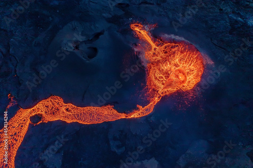Photo Looking straight down into the erupting volcanic crater of Geldingadalagos eruption in Reykjanes peninsula, Iceland