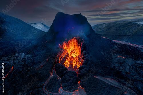 Foto Looking straight down into the erupting volcanic crater of Geldingadalagos eruption in Reykjanes peninsula, Iceland