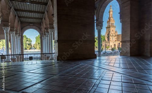 Foto Looking through the archways to the Towers of the beautiful Plaza de Espana (tra