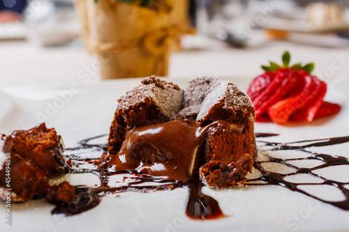Fotografering Tortino al cioccolato dal cuore caldo con cioccolata grondante dal centro