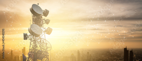 Fotografering Antenna communication technology with city background