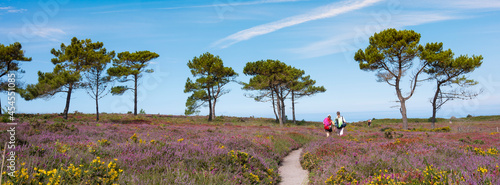 Fotografia people walk towards ocean at cap d'erqui in french brittany
