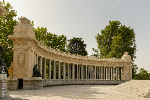 Canvastavla Ornamental colonnade of a monument in the Retiro Park in the center of Madrid