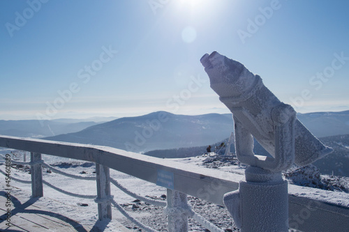 Fotografia An observation deck in the mountains. Snow-capped mountains.
