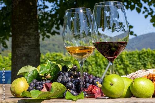Valokuvatapetti Symbolbild Weinlese: Reife Weintrauben mit Weingläsern dekoriert auf einem Holzt