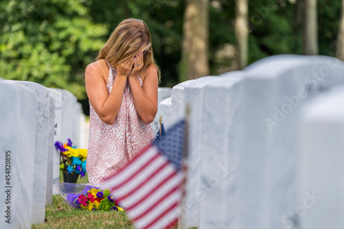 Obraz na plátně A Grieving Woman Shares Her Emotions With Her Fallen Veteran Family Member At A