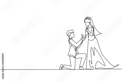 Fotografia Continuous one line drawing man kneeling holding engagement ring proposing woman marry him marriage with wedding dress