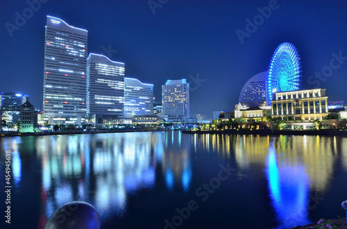 Obraz na plátne 日本神奈川県横浜市みなとみらいの夜景と港に映る街の灯り。