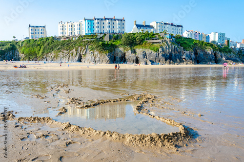 Fotografia A dam built on Tenby South Beach at low tide has created a pool of water