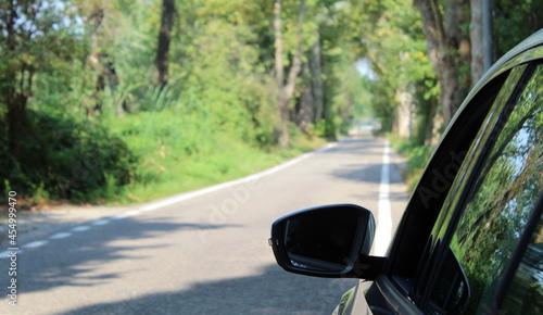 Fényképezés Specchietto retrovisore dell'auto - guidare in campagna