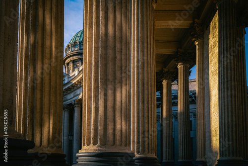 Foto View of the colonnade of the Kazan Cathedral (Cathedral of the Kazan Icon of the Mother of God) on Nevsky Prospekt in the morning sun, St