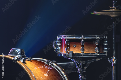 Foto Part of a drum kit, drums on a dark background, copy space.