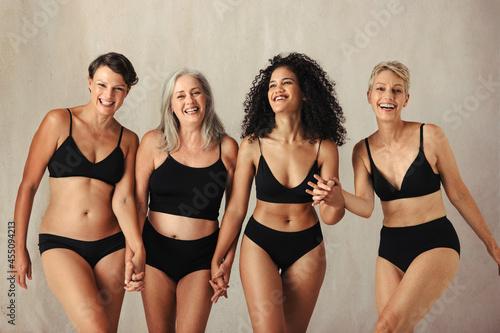 Female models of different ages celebrating natural bodies Fotobehang