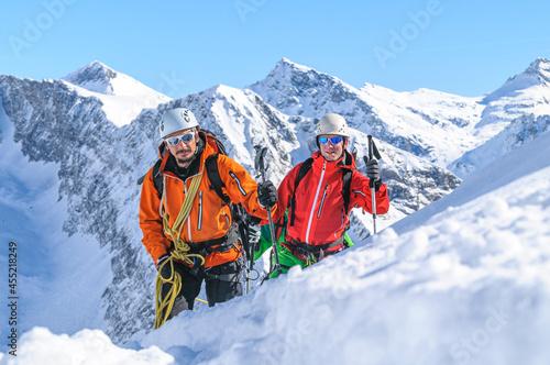 Billede på lærred Eine Seilschaft im winterlichen Hochgebirge anführen