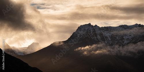 Cuadros en Lienzo Panoramic shot of the scenic Bayonet Peaks in Queenstown, New Zealand