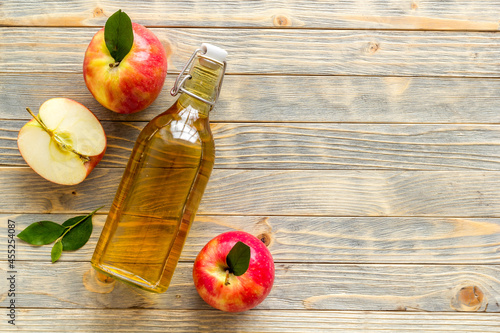 Foto Apple cider vinegar for cooking with red raw apples