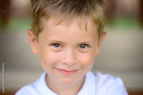Fotografia Portrait of young smiling boy in outdoors