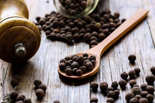 Fotografia spices on table. allspice.