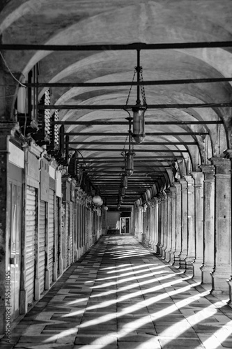 Foto shadow at the colonnades at St. Mark's square in Venice