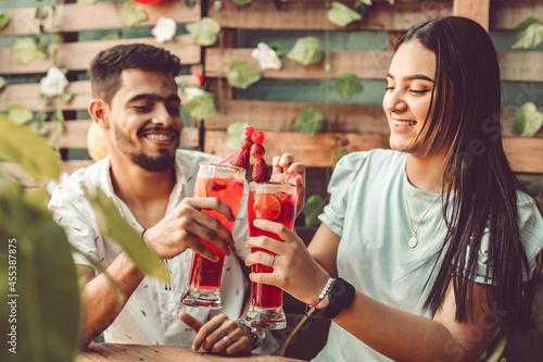 Tela pareja de jovenes disfrutando una tarde de comida en un restaurante  rustico
