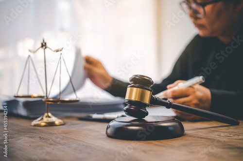 Fotografia Law theme, mallet of the judge, law enforcement officers, evidence-based cases, and documents taken into account