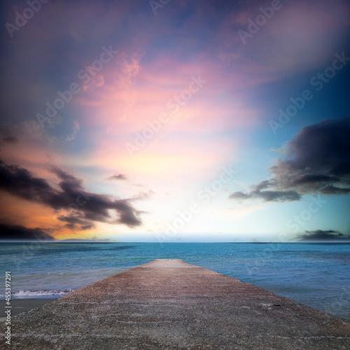Fotografia path to nice sea beach in sunset sunshine with beautiful sky