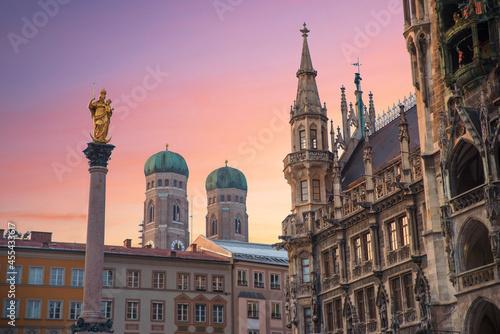 Murais de parede the marian column, town hall building and towers of Frauenkirche, historic architecture munich Marienplatz