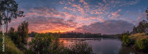 Fotografia Beautiful Panoramic Riverside Sunrise with Cloud Reflections