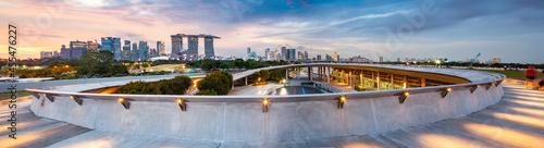 Fotografia SSINGAPORE, SINGAPORE - MARCH 2019: Vibrant Singapore skyline at night