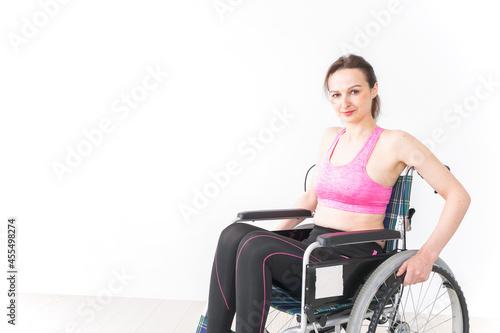 Canvastavla スポーツウェアを着て車椅子に乗る外国人の女性