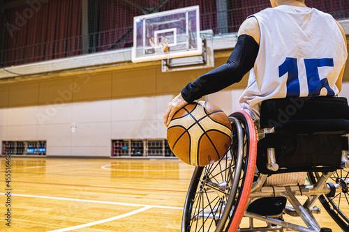 Fényképezés 車いすバスケットボールをする男性