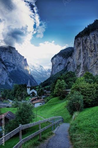 Fototapeta Awesome view of Lauterbrunnen waterfall in the heart of Switzerland / Superbe vu