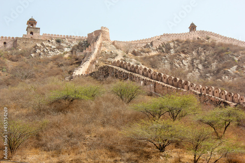 Fotografija The ramparts of the ancient Amer Fort rising above a green scrubland in the city of Jaipur in Rajasthan, India
