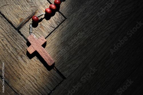 Tela Drewniany krzyżyk na wyblakłym drewnianym tle
