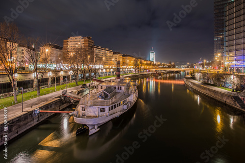 Carta da parati Long exposure night image of the canalized Danube river passing through the cent