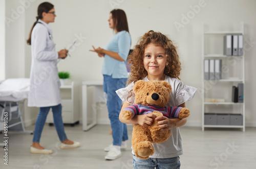 Valokuvatapetti Health checkup at pediatric clinic or hospital: Portrait of happy little girl ho