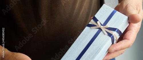 Tablou Canvas Pacchetto regalo nelle mani di una persona