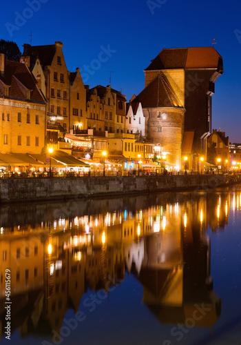 Foto Nightlife of illuminated embankment of Motlawa river in Gdansk in summer, Poland