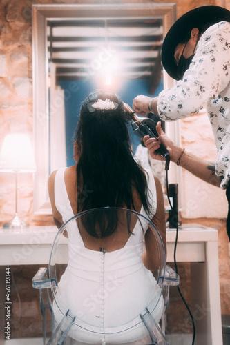 Photo Femme jeune marié se faisant coiffer par un coiffeur pour son mariage