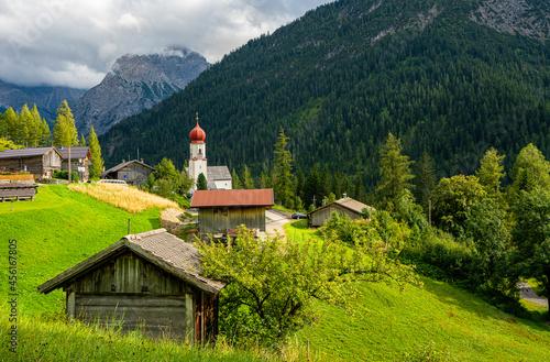 der kleine Ort Bschlabs in den Tiroler Alpen, Österreich Fototapet