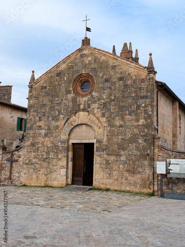 Fototapeta premium Church of Santa Maria Assunta in Piazza Roma in Monteriggioni, Siena - Italy