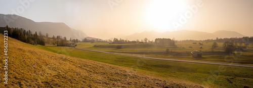 Fotografía rural morning scenery near Ohlstadt, upper bavarian landscape