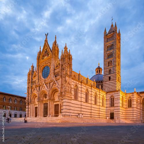 Fototapeta premium Siena Cathedral at dusk