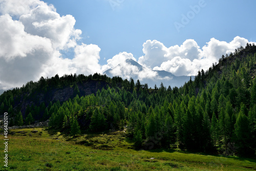 Obraz na plátně The majesty of one of the most famous mountain in the central Alps within the cl